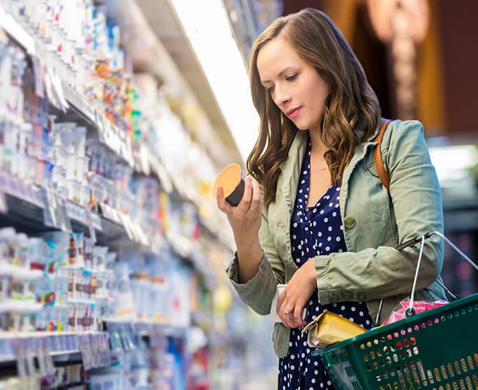 Femme qui fait des achats à l'épicerie